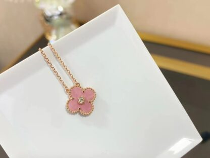 VCA Christmas A new limited edition of the Vintage Alhambra necklace, in rhodonite and rose gold. Diamond.
